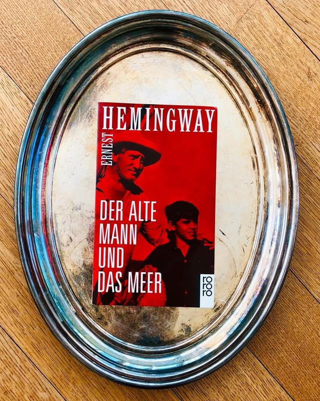 «Der alte Mann und das Meer» von Ernest Hemingway liegt auf einem Silbertablett