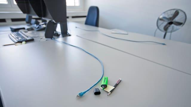 Ina maisa da biro cun si inpèr utensils da biro e cabels da computer.