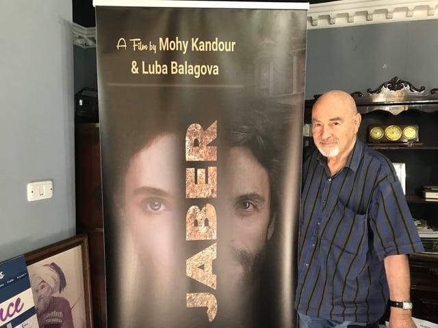 Mohy Kandour mit einem Filmplakat von Jaber