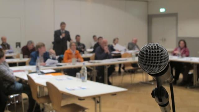 Blick in den Plenarsaal des Wohler Einwohnerrats, im Vordergrund ein Mikrofon.