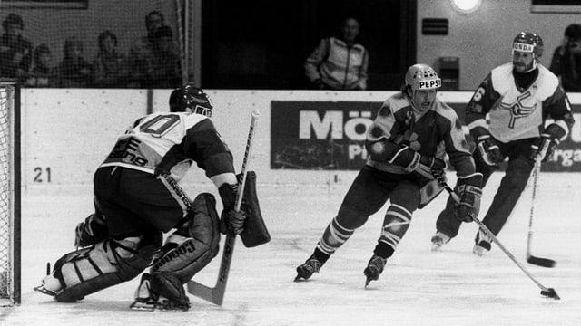 Schwarzweiss-Foto vor dem Eishockey-Tor