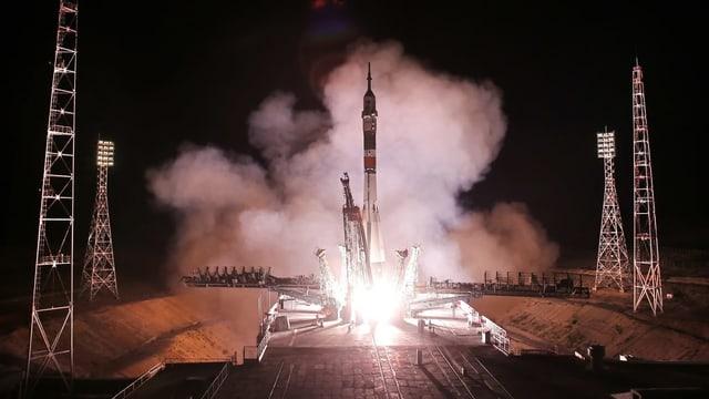 Rakete startet von der Startrampe.