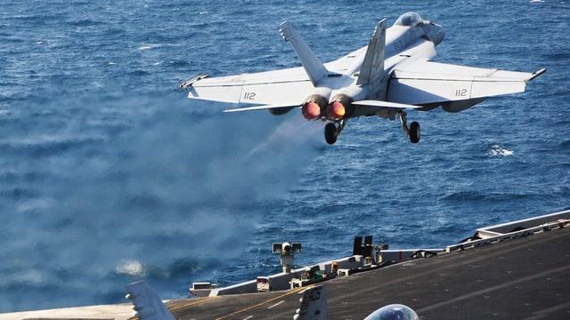 Ein Kampfflieger startetn auf einem Flugzeugträger für einen Schlag gegen den IS.