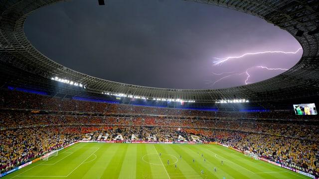 Gewitter über Fussballstadion.