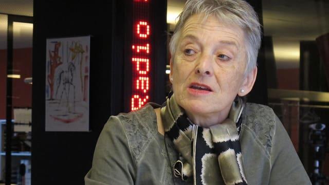 Theres Arnet-Vanoni sitzt am grossen Tisch im Radiostudio.