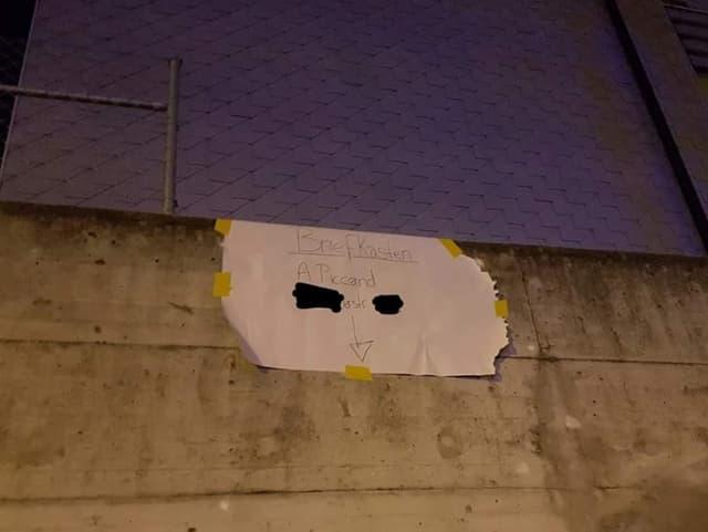 Grosses Schild an Wand