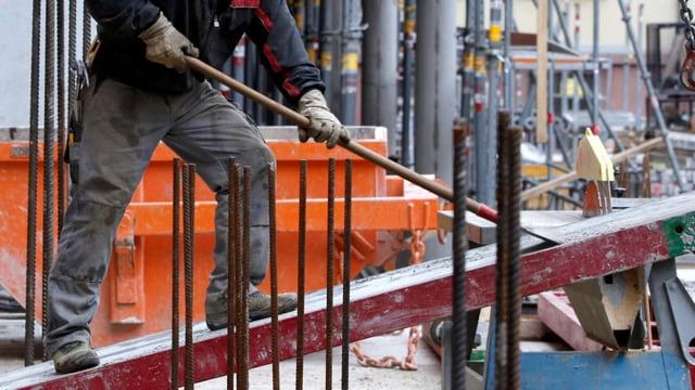 Ein Mann auf einer Baustelle.