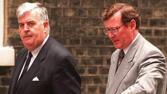 Der britische UUP-Politiker, John Taylor (l.), und der nordirische UUP-Politiker, David Trimble, treffen 1997 den britischen Premierminister Tony Blair zu Gesprächen.