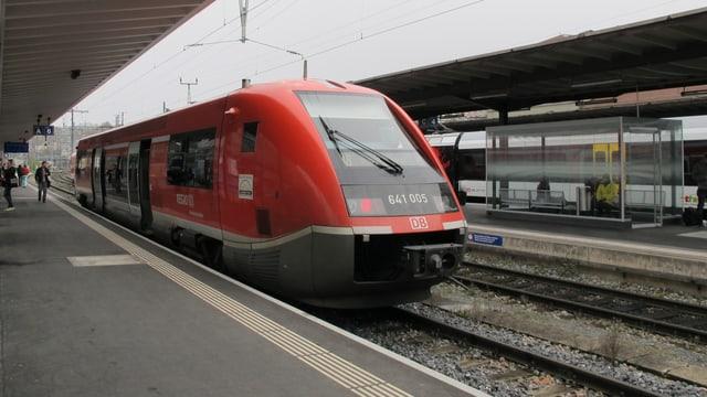 Dieseltriebwagen der DB am Bahnhof Schaffhausen.