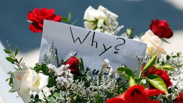 Blumen, die nach dem Attentat in Sousse niedergelegt wurden.