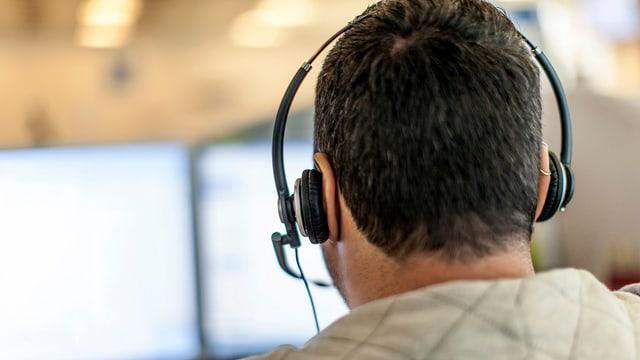 Blick über die Schulter eines Callcenter-Mitarbeiters.