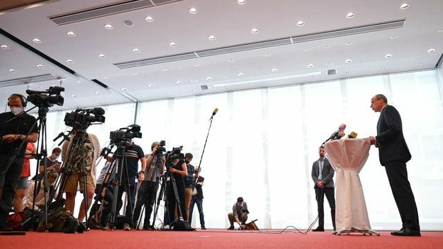 Peter Beuth vor Journalisten