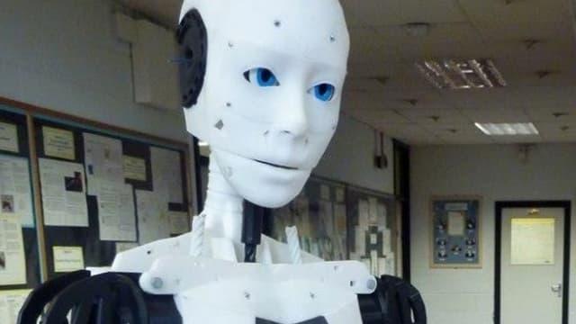 Ein weisser Roboter mit blauen Augen.