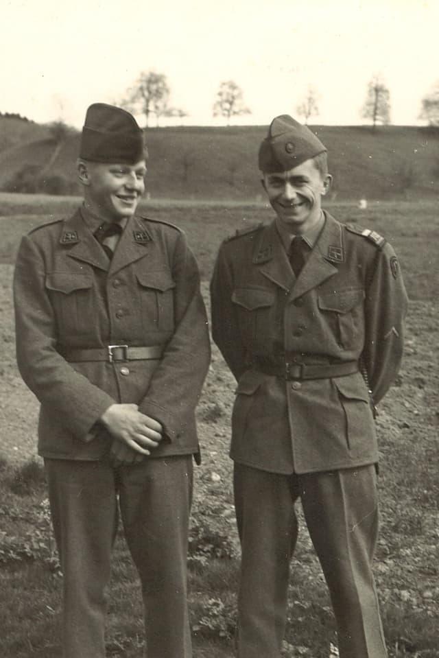 Die Söhne in Militäruniform.