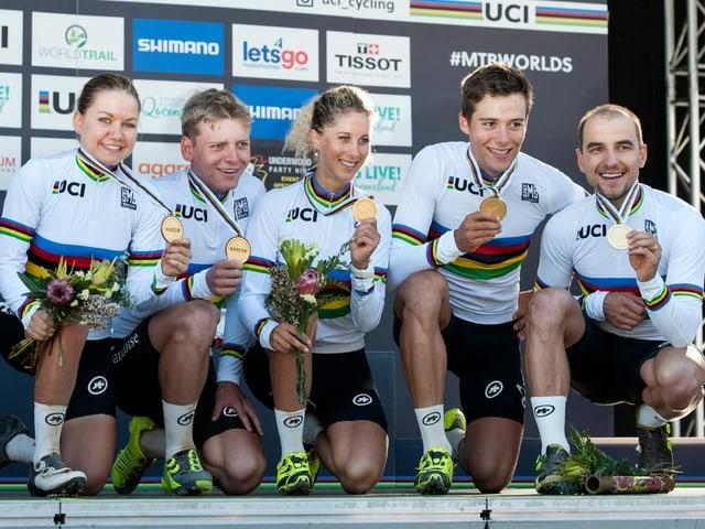 Sina Frei, Joel Roth, Jolanda Neff, Filippo Colombo und Nino Schurter nach dem Gewinn von Staffel-Gold in Cairns.