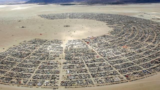 Das Burning Man-Festival: Eine Zeltsstadt von oben in der Wüste.