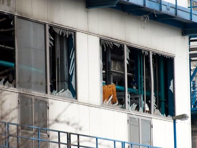 Kaputte Fensterfront am Gebäude der Firma Rohner.