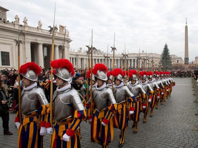 Die Schweizer Garde auf dem Weg zu ihrem festgelegten Platz auf dem Petersplatz