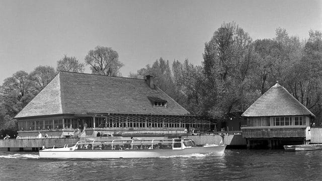 Ein Archivbild in Schwarz-Weiss zeigt das Restaurant Fischerstube auf dem Zürichsee