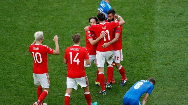 Ils giugaders da Wales giubileschan.