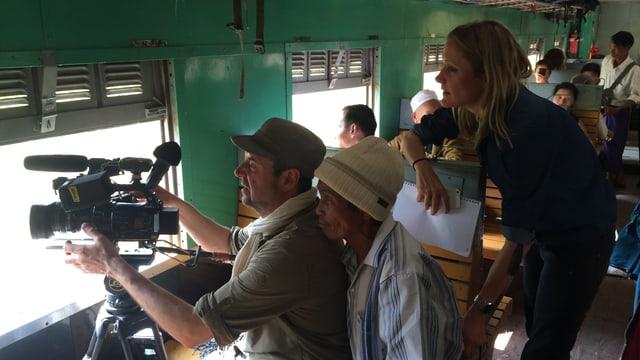 Kameramann Laurent Stoop und Reporterin Barbara Lüthi im Zug von Hsipaw nach Pyin oo Lwin.