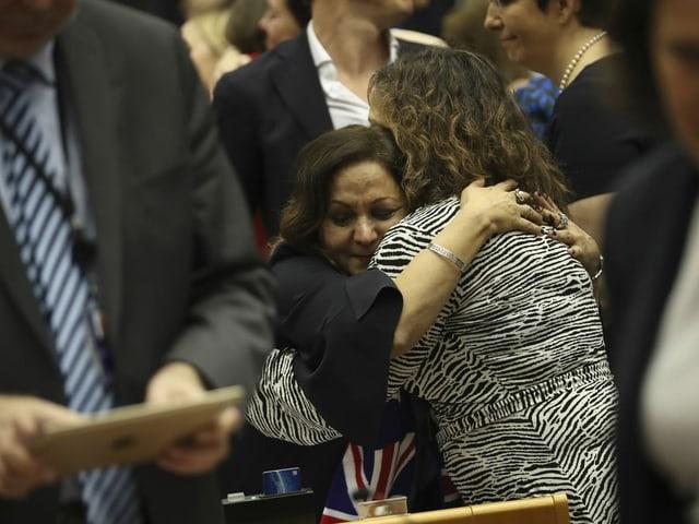 Parlamentarierinnen liegen sich in den Armen.