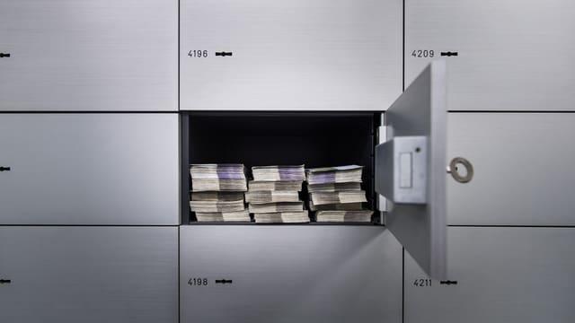 Bancnotas en in tresor da banca.