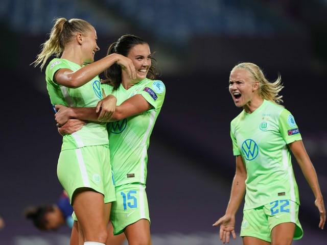 Wolfsburgerinnen bejubeln den goldenen Treffer.
