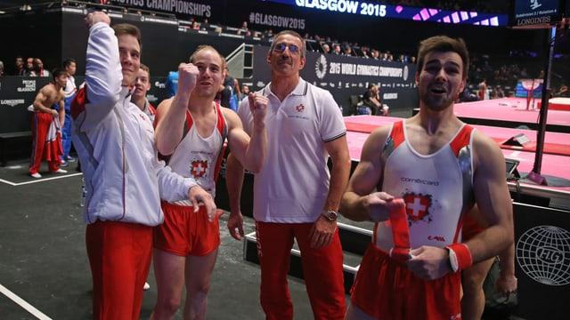 Claudio Capelli und das Schweizer Team jubeln an der EM in Glasgow.