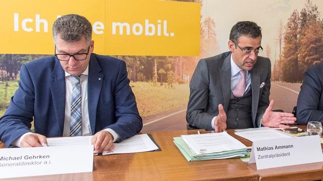 Michael Gehrken und Mathias Ammann an einer Medienkonferenz.