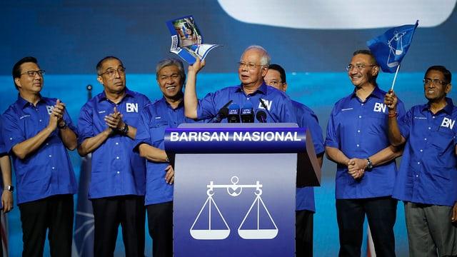 Razak Najib an einem Rednerpult.
