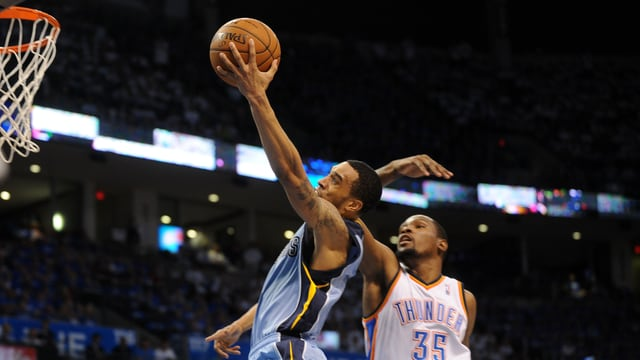 Kevin Durant (r.) gegen Courtney Lee.