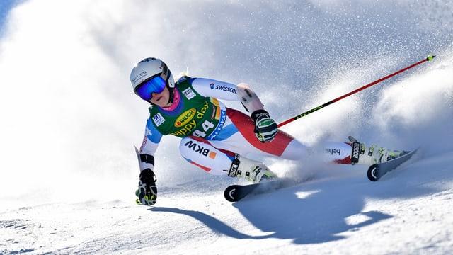 Skirennfahrerin während einem Rennen.