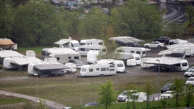 Wohnwagen von Fahrenden im Gelände.