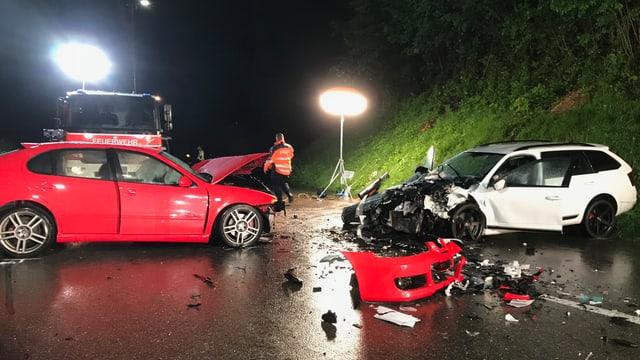 Zwei kaputte Autos stehen auf der Strasse.