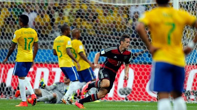 Klose dreht ab zum Jubeln, vier Brasilien-Spieler frustriert.