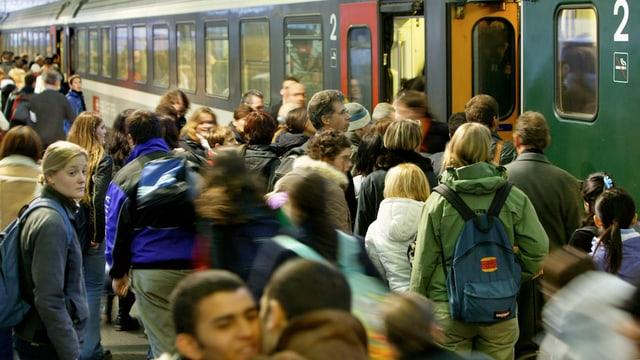 Personen che entran en in tren.