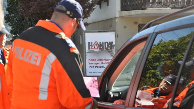 in polizist durant la controlla da in automobilist.