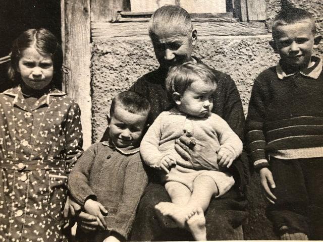 Ein Familienfoto mit einer Mutter und vier Kindern.