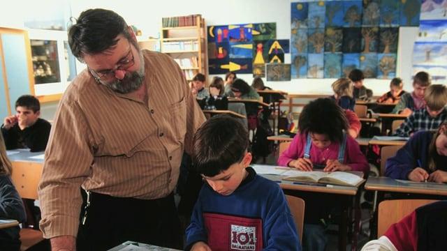 Lehrer mit Schüler in einem Schulzimmer
