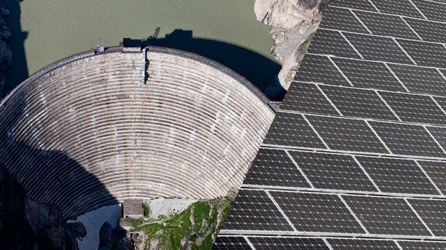 Eine Staumauer, kombiniert mit einer Photovoltaik-Anlage.