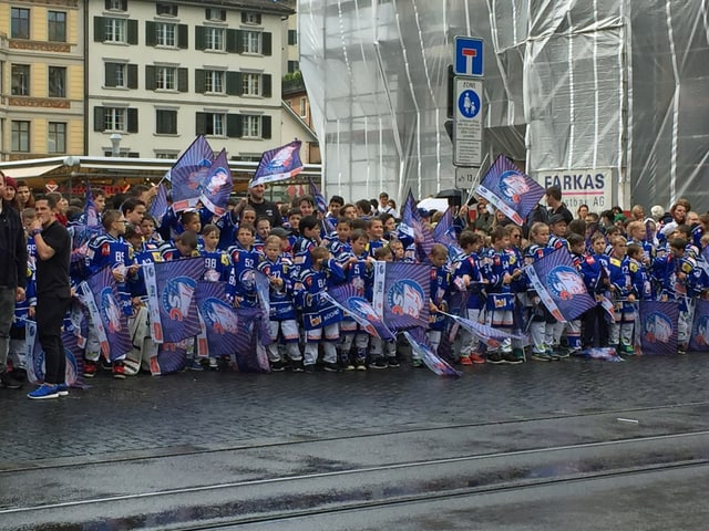 ZSC-Junioren vor dem Rathaus