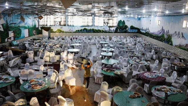 Ein Festsaal mit gedeckten Tischen