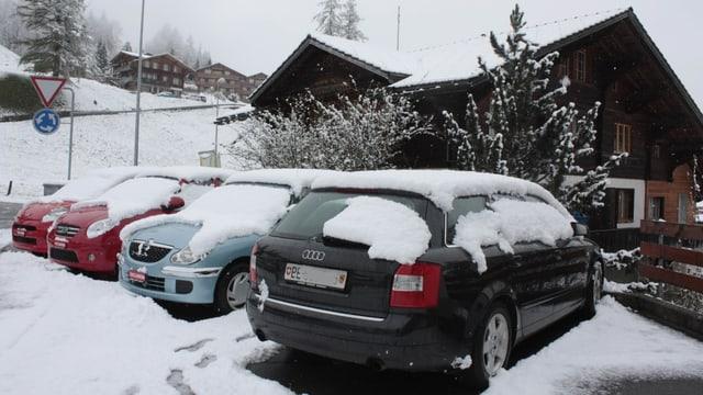 Schneebedeckte Autos und Strassen in Adelboden am vergangenen Mittwoch.