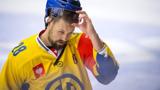 Dick Axelsson im gelben HCD-Dress zieht seinen Helm ab.