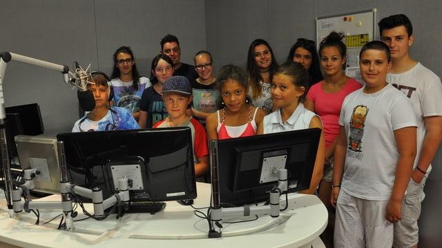 Scolaras e scolars visitan RTR
