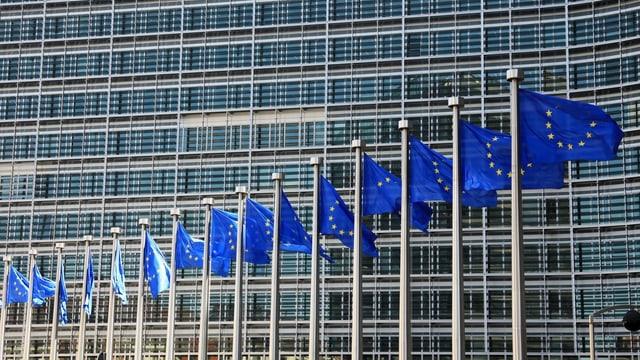 Flaggen vor EU-Kommission in Brüssel.