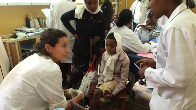 Melanie Holzgang untersucht ein Kind im Spital von Jimma