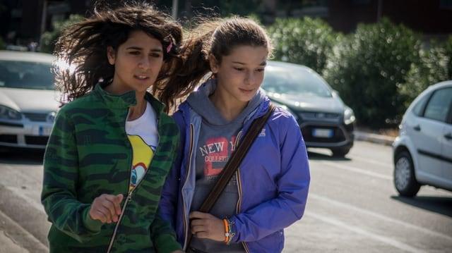 Zwei rennende Mädchen