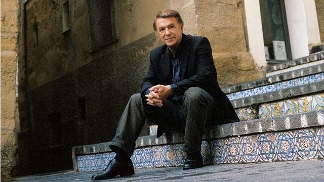 Salvatore Adamo auf marokkanischer Treppe.